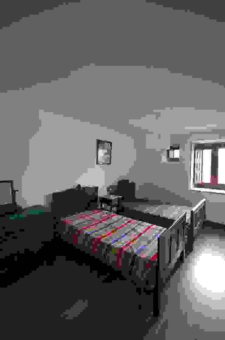 Reabilitação de Casa de Campo Quartos rústicos por Borges de Macedo, Arquitectura. Rústico