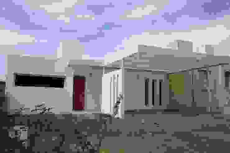 PROYECTO - VIVIENDA ECONOMICA Casas modernas: Ideas, imágenes y decoración de E-PROYECT Moderno