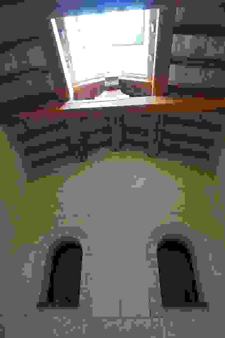 Studio Zaroli Country style corridor, hallway& stairs