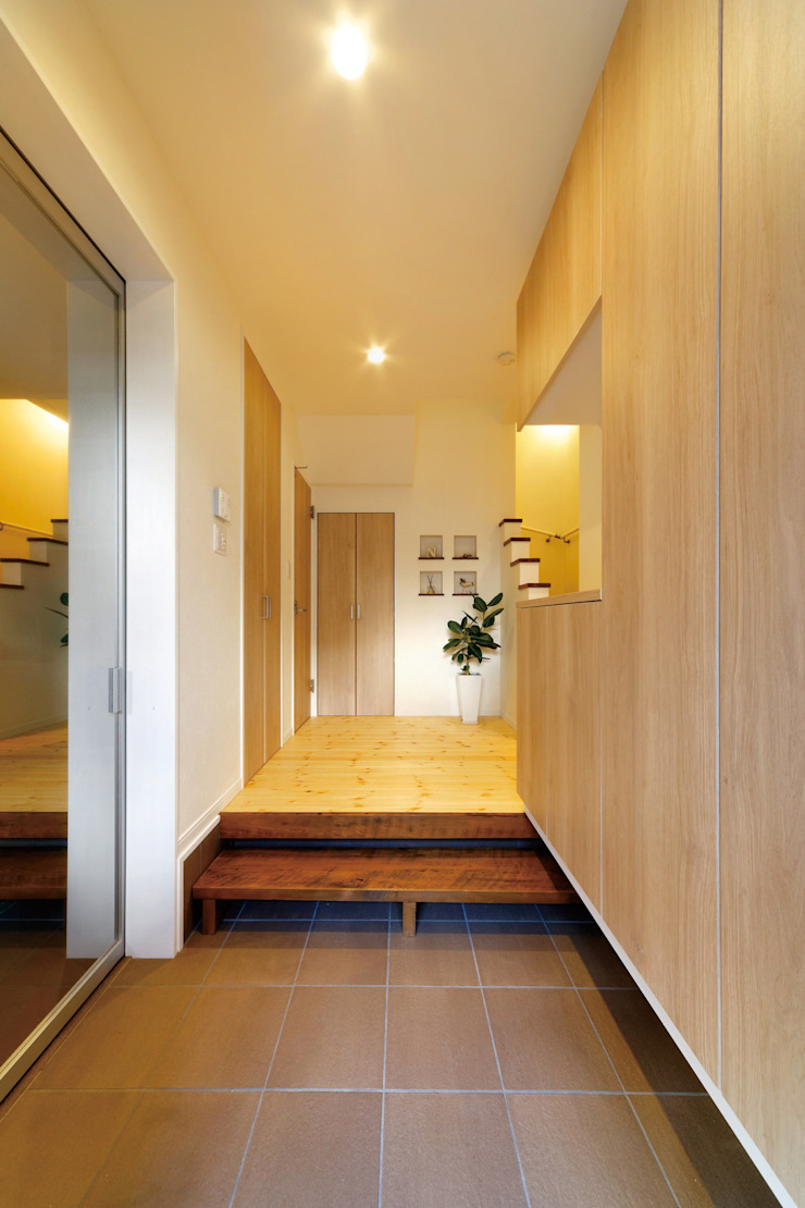 Modern Corridor, Hallway and Staircase by 福島工務店株式会社 Modern Solid Wood Multicolored