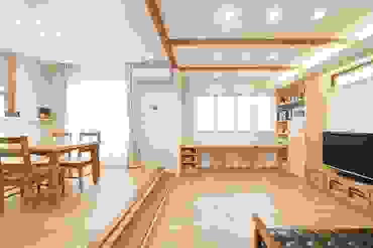 光と風の通る家 モダンデザインの リビング の 福島工務店株式会社 モダン 無垢材 多色