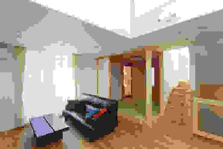 现代客厅設計點子、靈感 & 圖片 根據 福島工務店株式会社 現代風