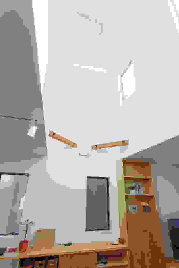 広いバルコニーのある家 モダンデザインの リビング の 福島工務店株式会社 モダン