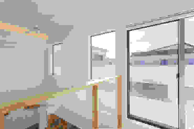 現代房屋設計點子、靈感 & 圖片 根據 福島工務店株式会社 現代風