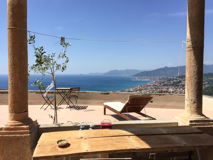 Terrazza sul mare a Verezzi Balcone, Veranda & Terrazza in stile mediterraneo di con3studio Mediterraneo Cemento