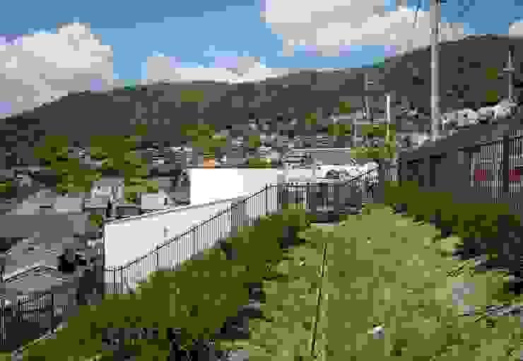 街路からの眺望を妨げない家 モダンな 家 の Kenji Yanagawa Architect and Associates モダン