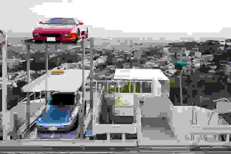 街路からの眺望を妨げない家 モダンデザインの ガレージ・物置 の Kenji Yanagawa Architect and Associates モダン