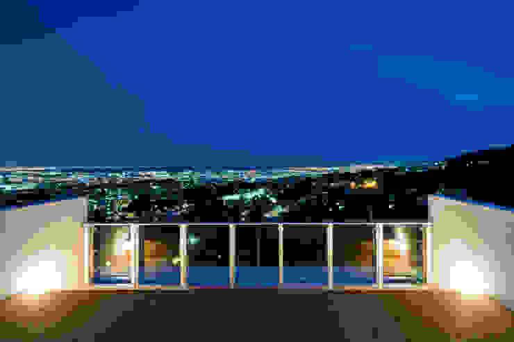 街路からの眺望を妨げない家 モダンデザインの テラス の Kenji Yanagawa Architect and Associates モダン