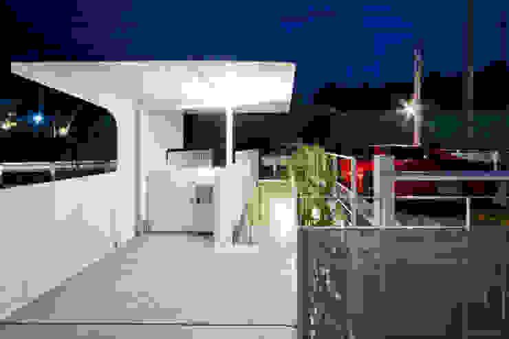 街路からの眺望を妨げない家 モダンスタイルの 玄関&廊下&階段 の Kenji Yanagawa Architect and Associates モダン