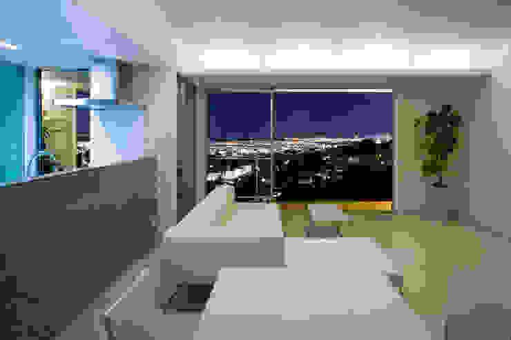 街路からの眺望を妨げない家 モダンデザインの リビング の Kenji Yanagawa Architect and Associates モダン