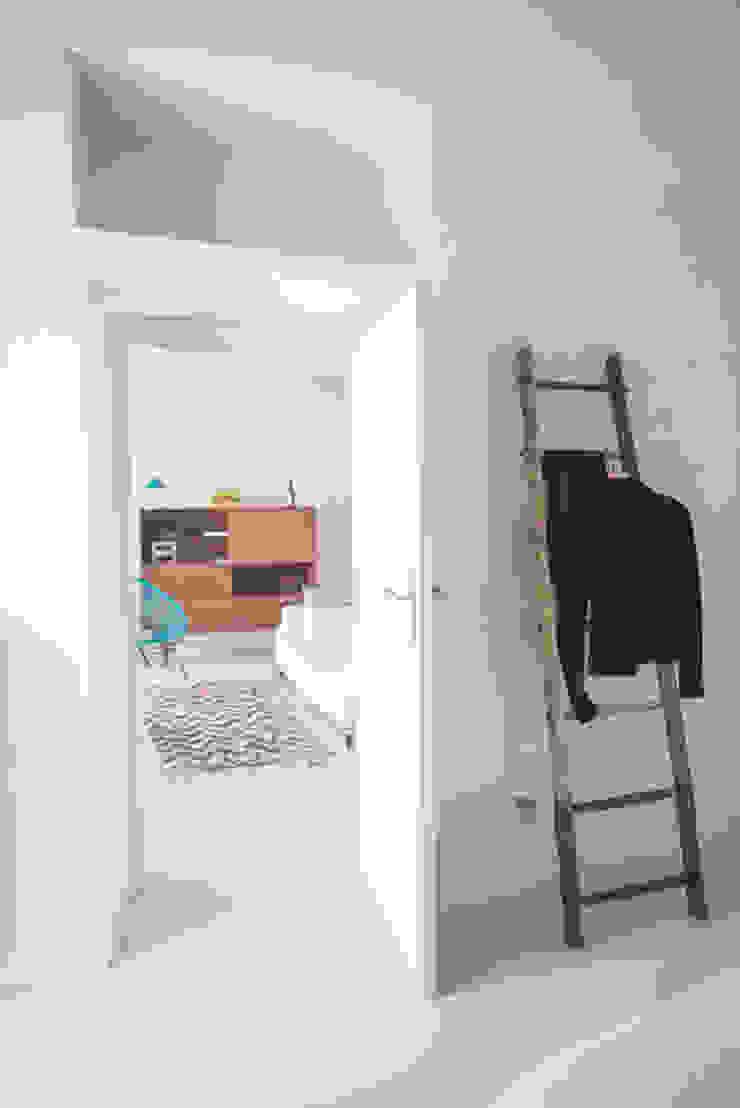 Appartamento in Liguria di con3studio Mediterraneo Legno Effetto legno