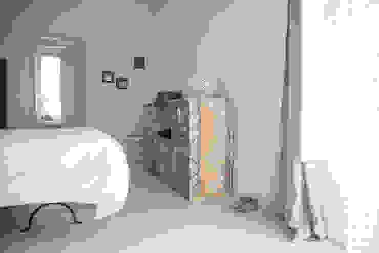 Camera da letto al mare di con3studio Mediterraneo Legno Effetto legno