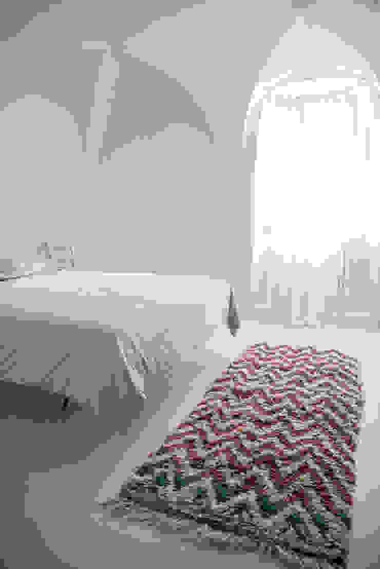 Camera da letto al mare Camera da letto in stile mediterraneo di con3studio Mediterraneo