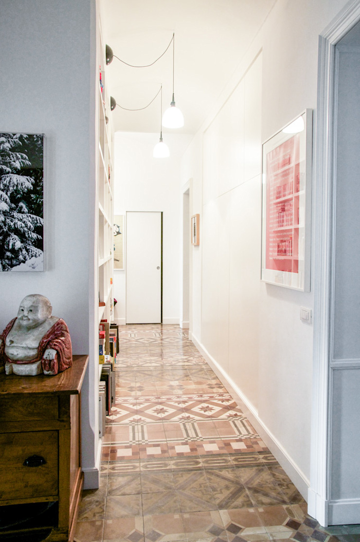 Eclectic style corridor, hallway & stairs by con3studio Eclectic Tiles