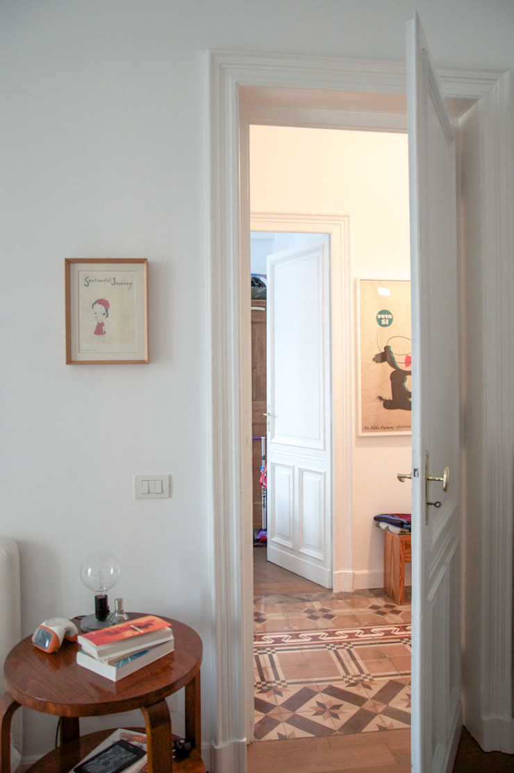 Eclectic style corridor, hallway & stairs by con3studio Eclectic