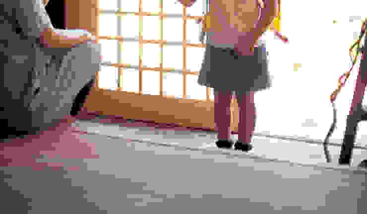 Коридор, прихожая и лестница в классическом стиле от 株式会社粋の家 Классический Дерево Эффект древесины