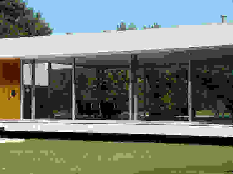 Modern houses by MENEGHETTI ARQUITECTOS Modern