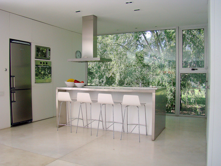 Kitchen by MENEGHETTI ARQUITECTOS,