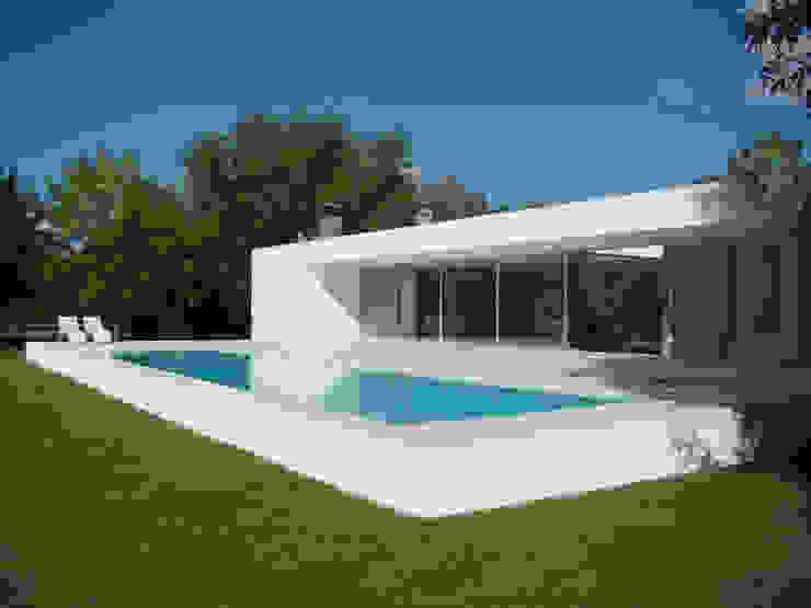 Modern home by MENEGHETTI ARQUITECTOS Modern