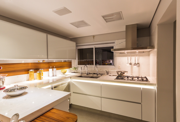 Enzo Sobocinski Arquitetura & Interiores Modern style kitchen Engineered Wood Wood effect
