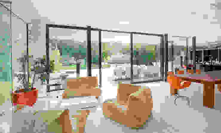 Moderne woonkamers van WUNSCHHAUS Modern