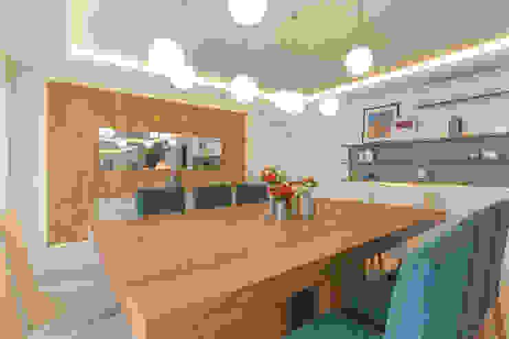 Enzo Sobocinski Arquitetura & Interiores Modern dining room Solid Wood Amber/Gold