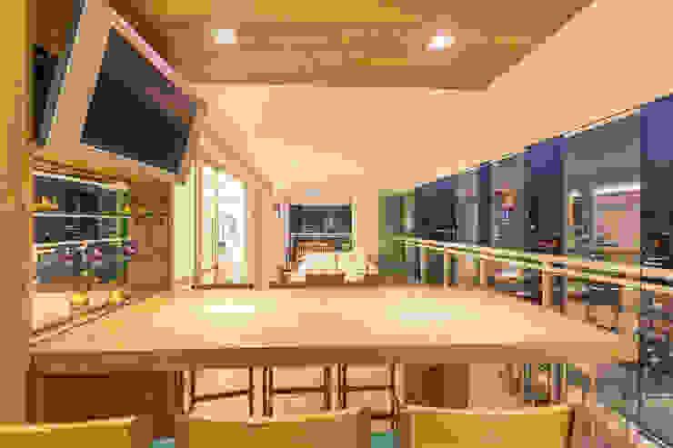 Enzo Sobocinski Arquitetura & Interiores Modern style balcony, porch & terrace Solid Wood Wood effect