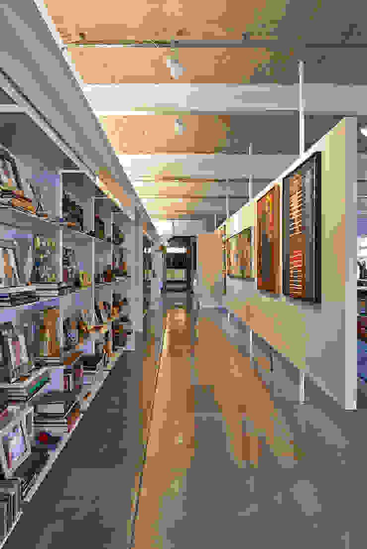 Galeria Corredores, halls e escadas minimalistas por Piratininga Arquitetos Associados Minimalista