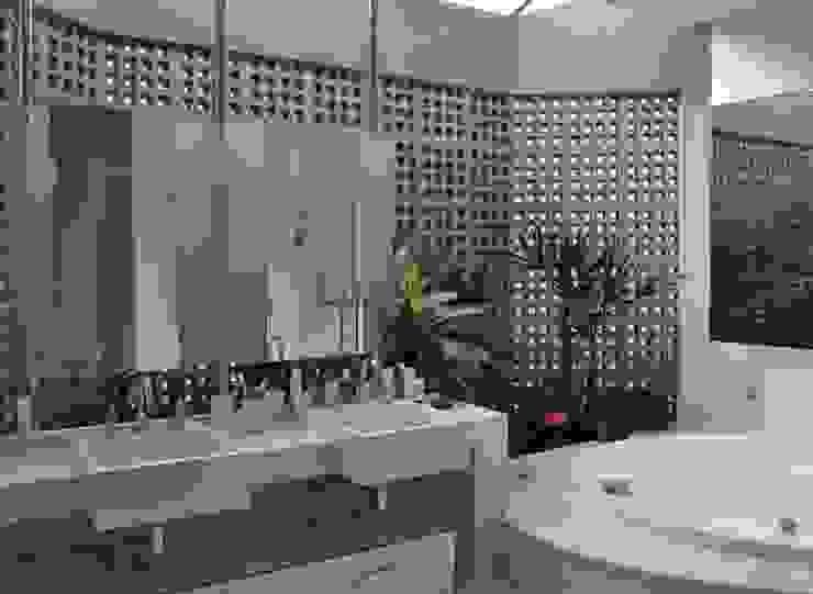 Libório Gândara Ateliê de Arquitetura Baños de estilo moderno
