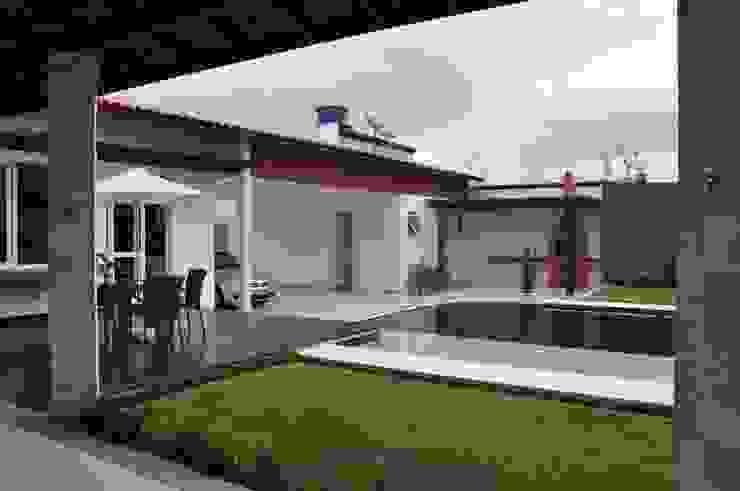 Hồ bơi phong cách hiện đại bởi Libório Gândara Ateliê de Arquitetura Hiện đại
