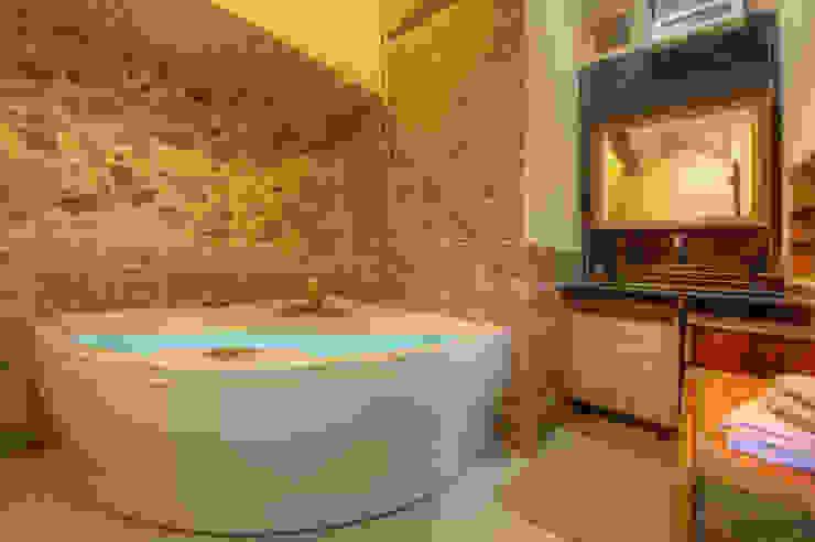 Bathroom by Emilio Rescigno - Fotografia Immobiliare