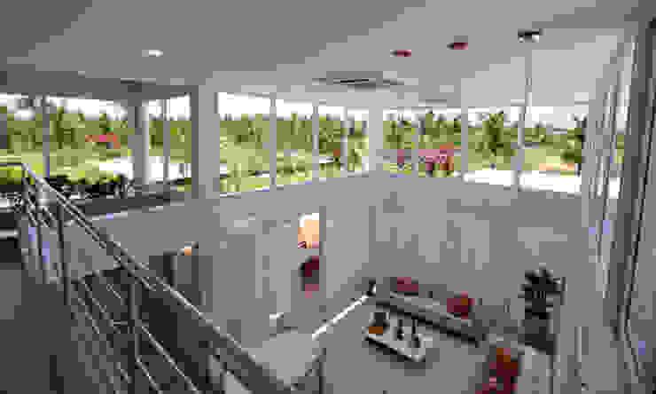 Vista do mezanino Salas de estar modernas por Libório Gândara Ateliê de Arquitetura Moderno