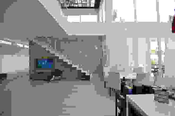 Escada escultórica Corredores, halls e escadas modernos por Libório Gândara Ateliê de Arquitetura Moderno