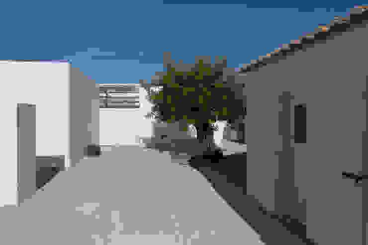 Casas de estilo mediterráneo de atelier Rua - Arquitectos Mediterráneo