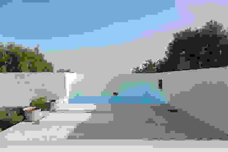 Piscina in stile mediterraneo di atelier Rua - Arquitectos Mediterraneo