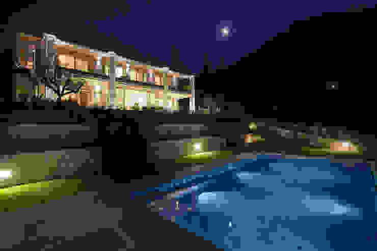 Villa on lake Garda Piscina moderna di Andrea Bonini luxury interior & design studio Moderno