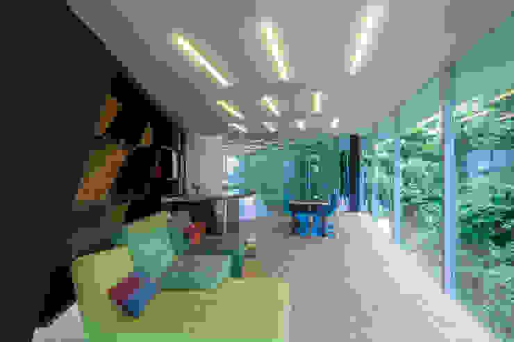 隣地の緑を借景とし目一杯取り込んだリビング モダンデザインの リビング の 田中一郎建築事務所 モダン ガラス