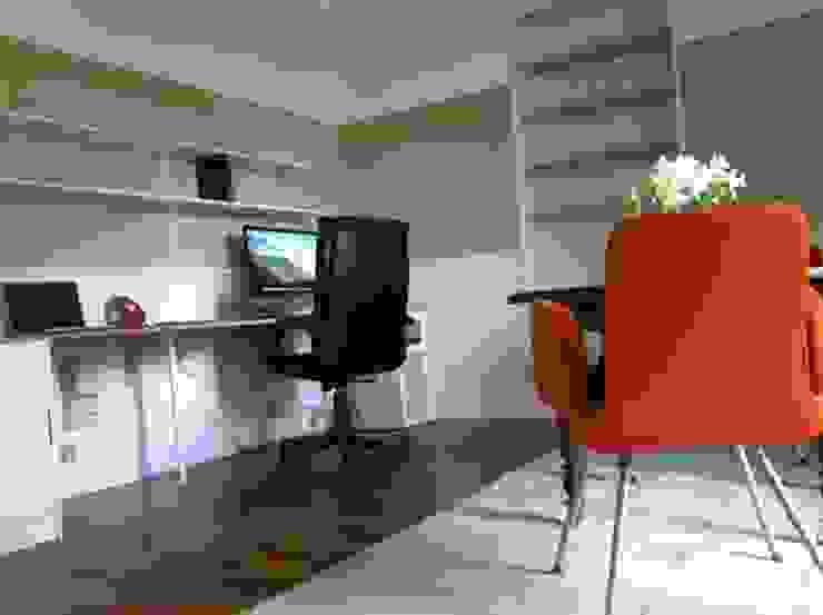 Bureau pour travail à domicile avec grand espace de travail, de nombreuses étagères et une table de réunion chinée.. Bureau scandinave par RAAB Architecture Scandinave