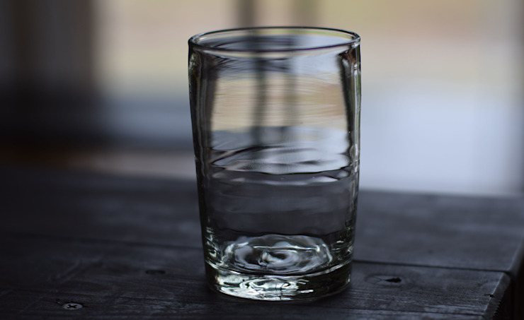 居酒屋コップ: 左藤吹きガラス工房が手掛けた現代のです。,モダン