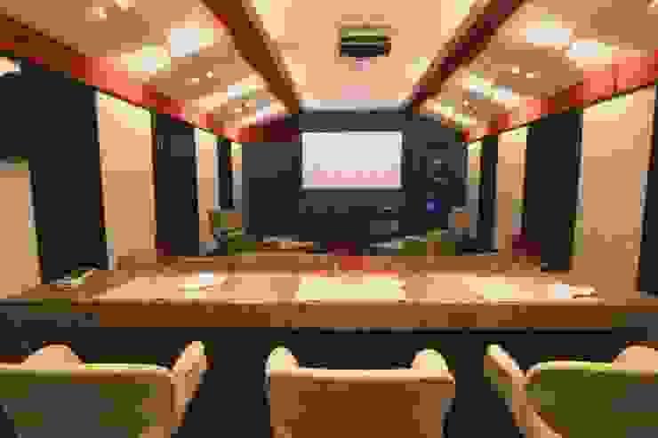 Home Theater Salas multimídia clássicas por Yara Mendes Arquitetura e Decoração Clássico