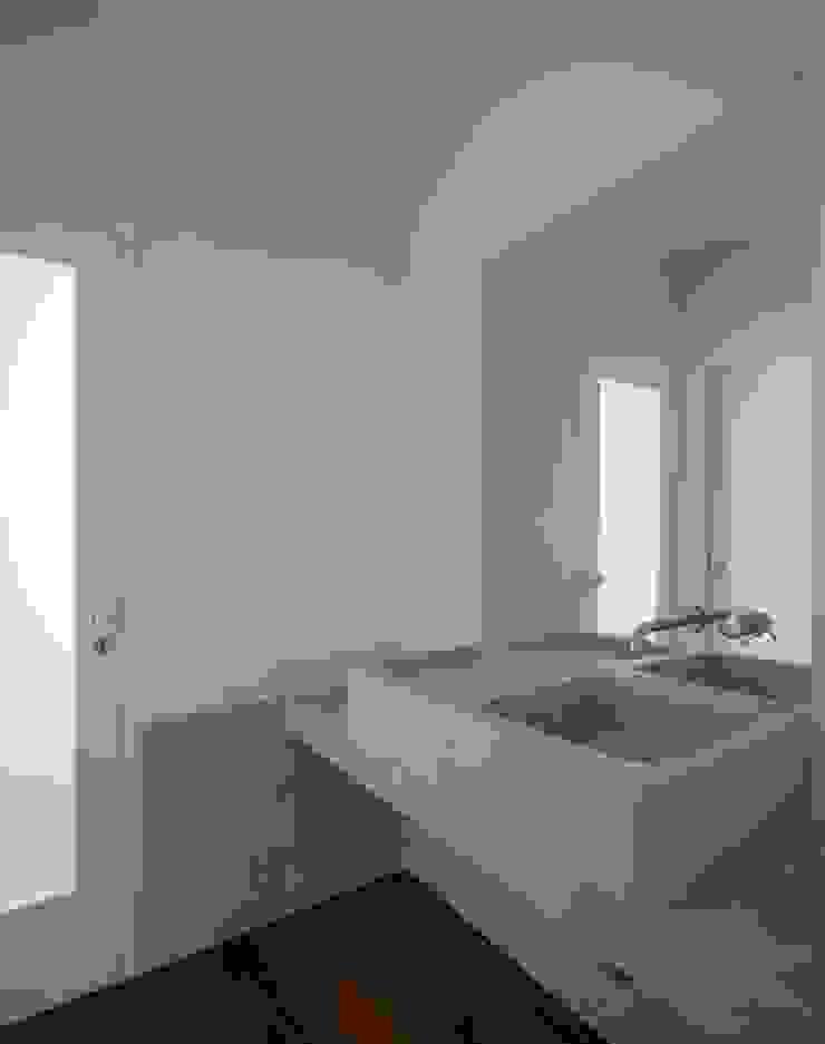 Edifício Chinesas Milagrosas - Vista da casa de banho Casas de banho modernas por Posto9 Arquitectos Moderno