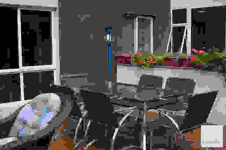 Área externa Varandas, alpendres e terraços modernos por Tatiana Ravache Arquitetura Moderno Derivados de madeira Transparente