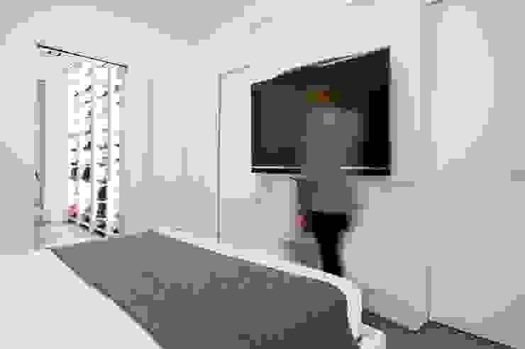 UN APPARTAMENTO D'ELITE Camera da letto moderna di SERENA ROMANO' ARCHITETTO Moderno