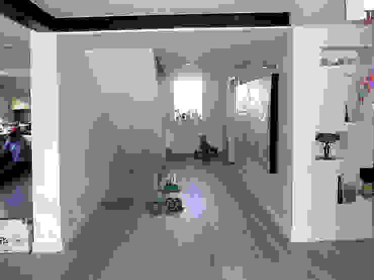 Pasillos, vestíbulos y escaleras modernos de Olivier Stadler Architecte Moderno