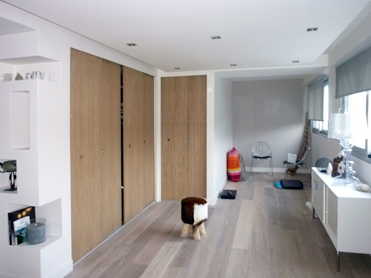 Modern dressing room by Olivier Stadler Architecte Modern