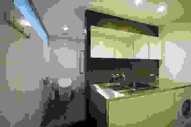 House in Fukushima: Mimasis Design/ミメイシス デザインが手掛けた浴室です。,モダン