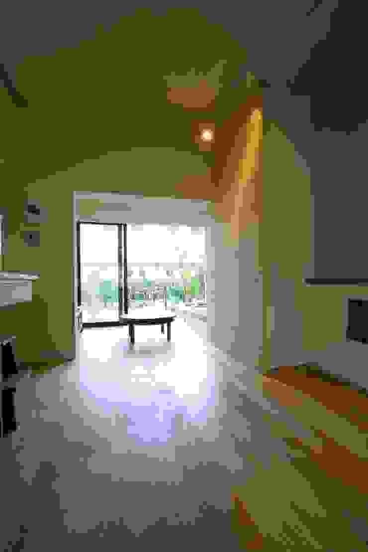 House in Nakatomigaoka モダンデザインの リビング の Mimasis Design/ミメイシス デザイン モダン