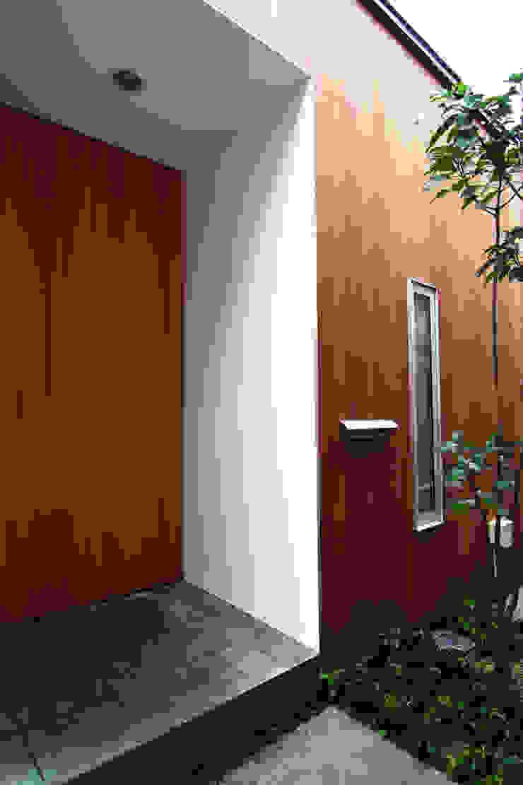 House in Yamatokoriyama モダンスタイルの 玄関&廊下&階段 の Mimasis Design/ミメイシス デザイン モダン