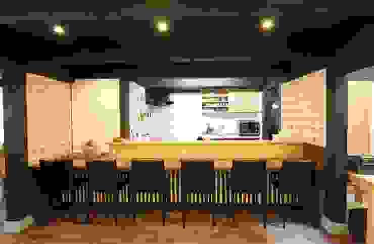 Café カウンター モダンデザインの 多目的室 の 一級建築士事務所 さくら建築設計事務所 モダン