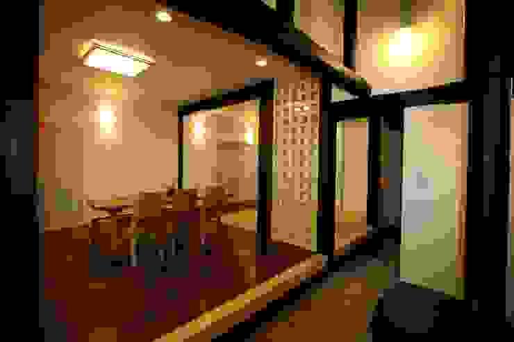 N邸 土間から見るリビング茶の間 モダンデザインの リビング の 一級建築士事務所 さくら建築設計事務所 モダン